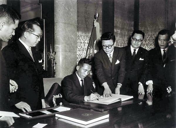 Park Chung-hee firma el tratado de normalización de relaciones entre Corea y Japón
