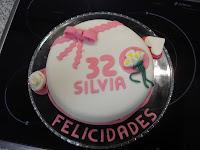 http://www.recetaspasoapaso.com/2010/06/mi-primera-tarta-con-fondant.html