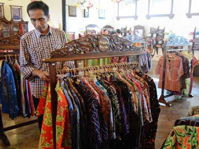 Presiden Jokowi Belanja Batik di Cirebon