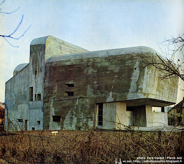 Nevers - Eglise Sainte-Bernadette du Banlay  Architectes: Claude Parent, Paul Virilio (Architecture Principe)  avec Odette Ducarre (maquette des vitraux), Michel Carrade (Tapisserie), Morice Lipsi (Mobilier)  Construction: 1963 - 1966