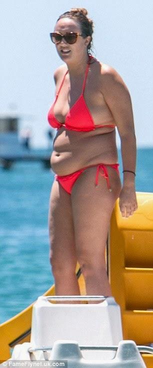 شارلوت كروسبي تستعرض جسمها في ثوب وردي بعد فقدانها الكثير من الوزن