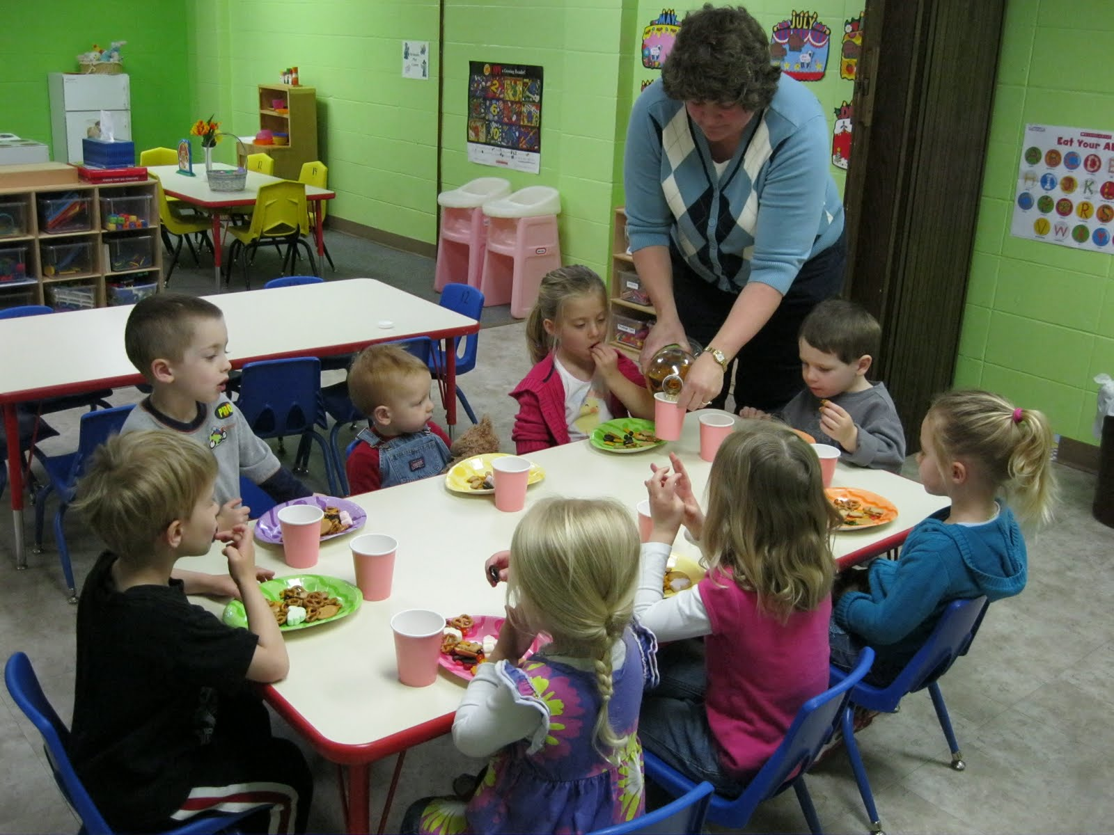 Displaying 19 Images For Kids Eating Lunch At Preschool