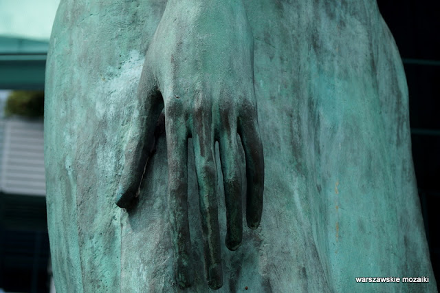 dłoń Sąd Najwyższy rzeźby wiara nadzieja miłość Warszawa