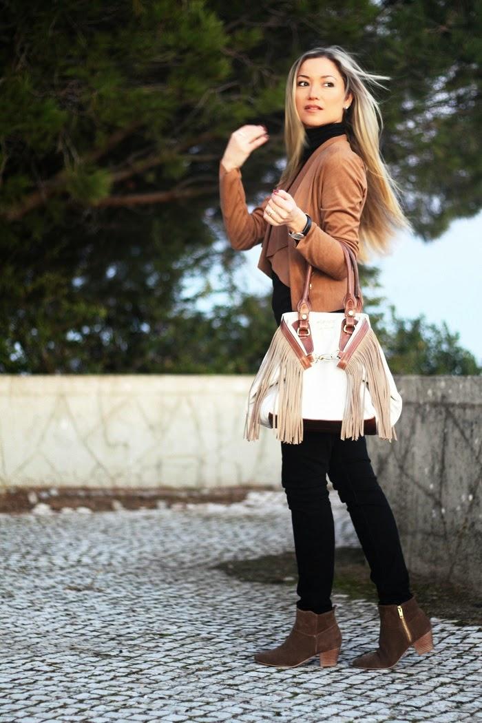 Novo Look do dia/Outfit com a combinação de preto e camel. Dicas de Moda e Imagem no Blog de Moda Style Statement. Tendências. Outono/Inverno. Elenco by Style Statement. Tous. Relógios Daniel Wellington. Black and brown.