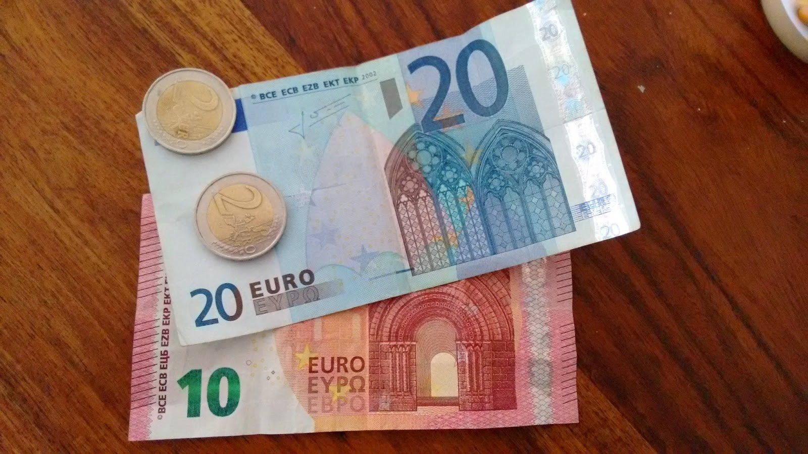 Geld verdienen mit dem Bloggen?; Zu sehen sind Geldscheine und Münzen