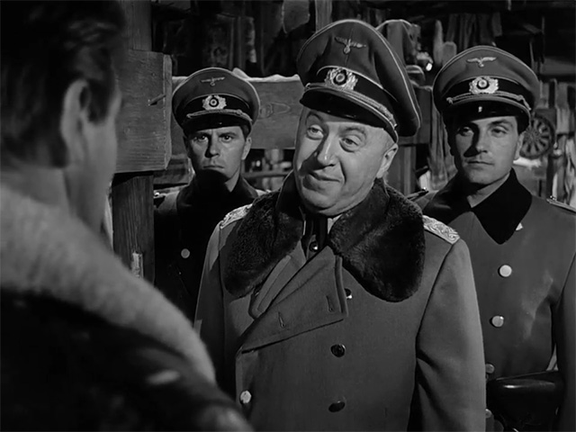 Otto Preminger en una escena de Traidor en el infierno.