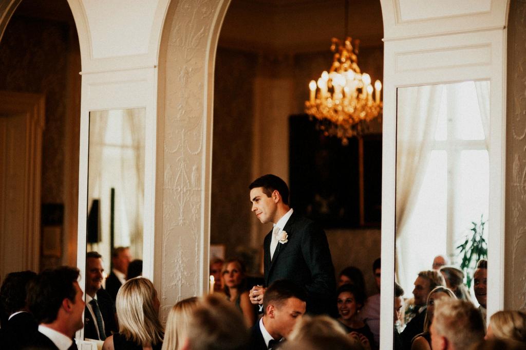 Best man håller tal |Bröllopsfest i Bergalid | Bröllopsfotograf i Dalarna