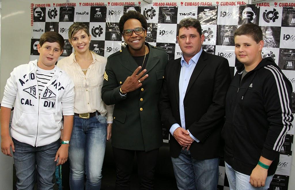 Prefeito e família dão as boas-vindas ao cantor Thalles Roberto