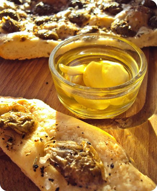 Włoski placek drożdżowy z oliwkami i rozmarynem - focaccia