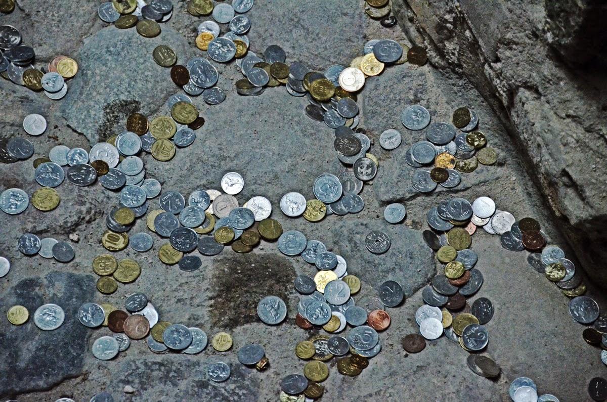 Монетки в археологическом разрезе на нижней станции фуникулера. Вильнюс. Литва Осень Выходные Прогулка по городу достопримечательности фотографии рестораны национальной кухни