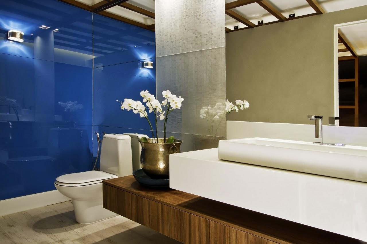 Com bancada de madeira e parede de fundo (se eu tô enxergando bem  #1E3B6F 1280x854 Banheiro Com Bancada Preta