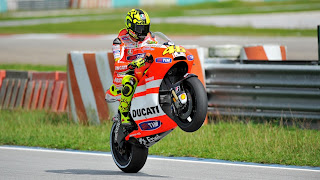 Aksi Wheelie Sang legenda hidup Dari Valentino Rossi dengan ducati
