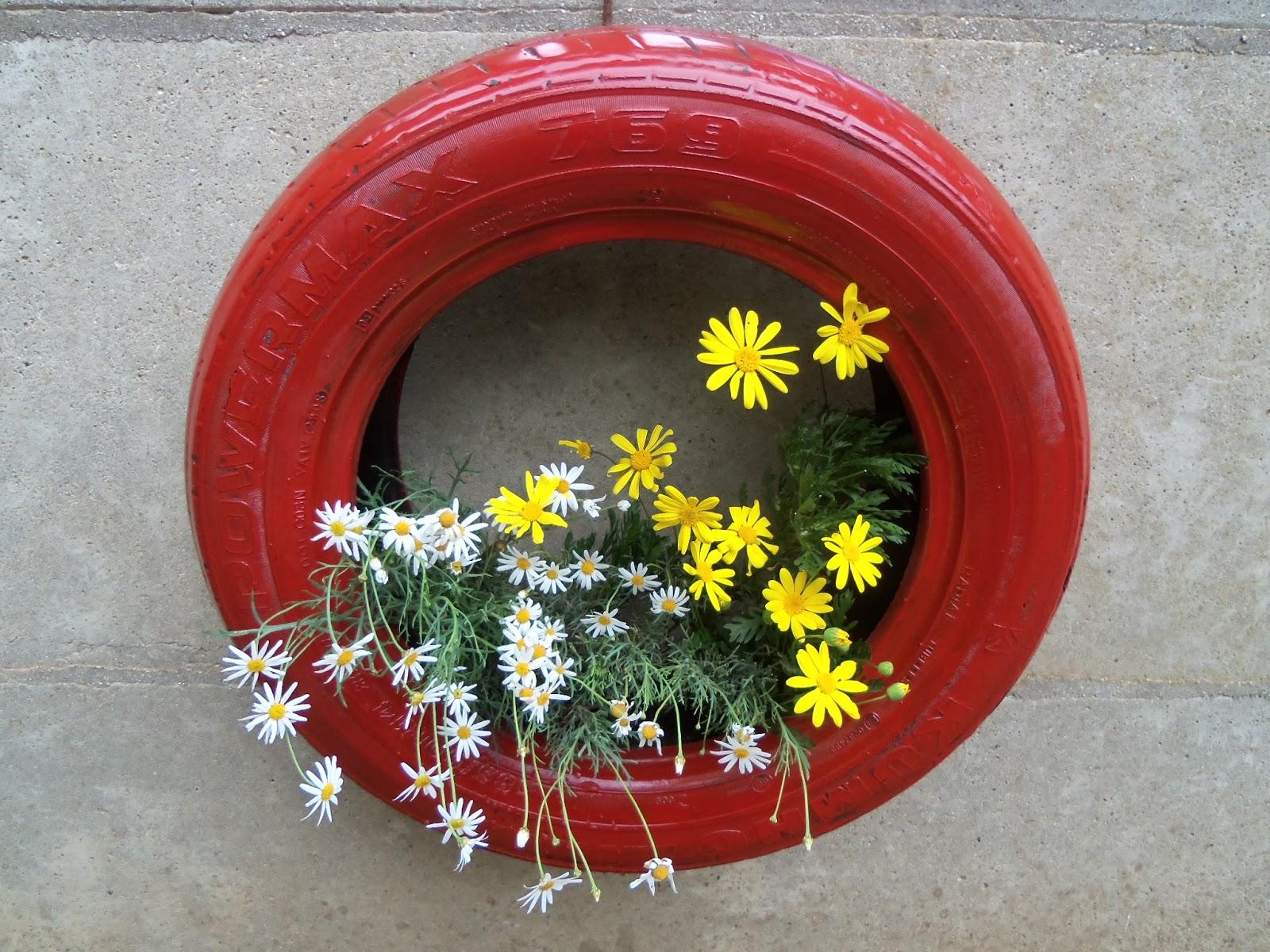 Reciclaje con artesania plantas en un neum tico o llanta for Adornos para plantas con llantas