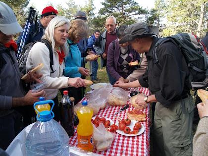 El grup esmorzant al Pla de la Terma