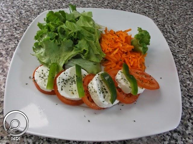 Salada caprese com queijo fresco - Ideia do Dia 1