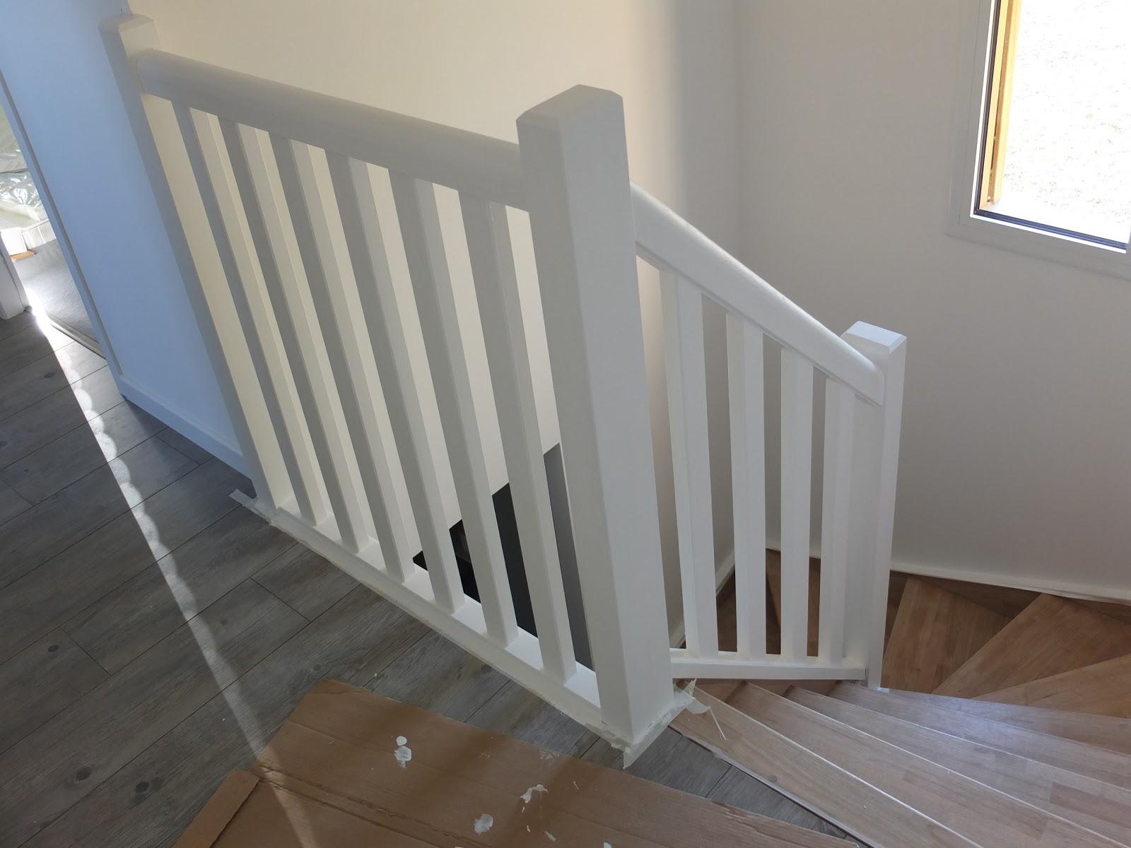 Notre maison en bois s3 j4 carrelage peinture escalier for Peindre escalier en blanc