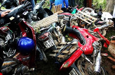 Tình trạng tương tự cũng xảy ra tại lễ cướp Phết (Lập Thạch, Vĩnh Phúc). Sau lễ hội, cả chục xe máy bị đám đông giẫm bẹp trong lúc tranh phết