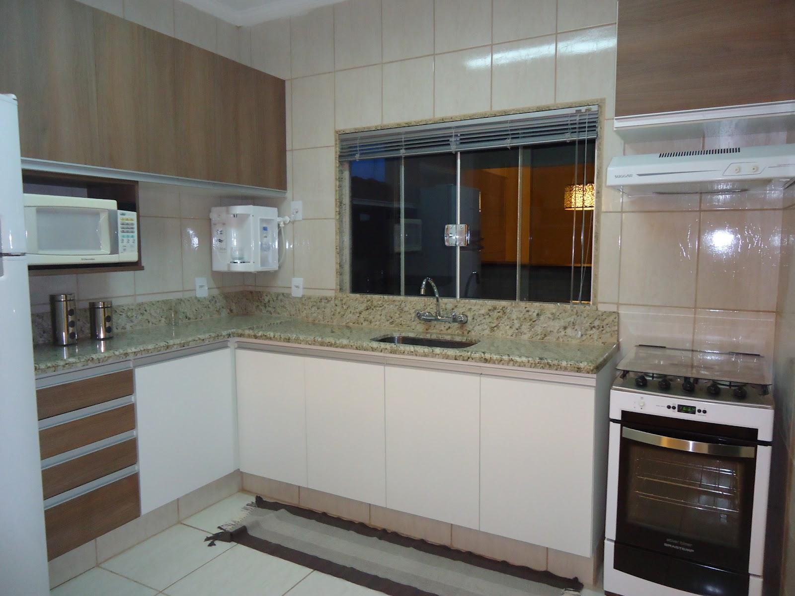 cozinha tem a mistura da da madeira com o branco. Revestimento da  #5B4B3E 1600 1200
