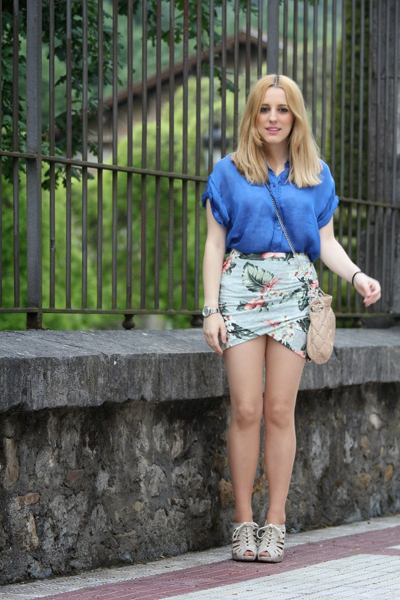 blue_shirt-flowered_skirt_zara-camisa_azul-falda_flores_zara_drapeada-primavera-verano