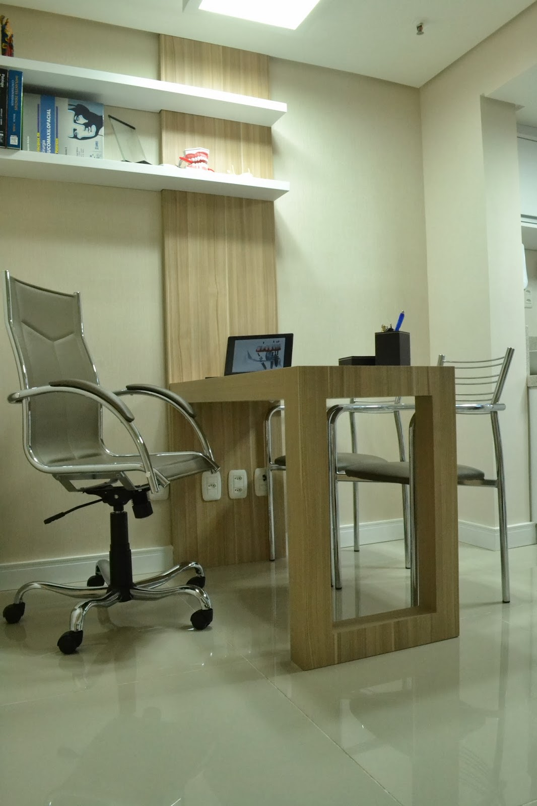 #59502C Brisolara & Spolti Arquitetas Associadas: Consultório Odontológico 1066x1600 px projeto banheiro adaptado