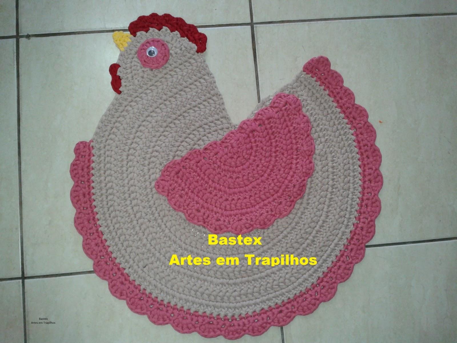 Galinha feita em crochê, com Trapilhos de lycra.