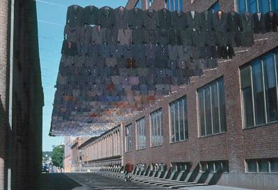 http://2.bp.blogspot.com/-oTOK7cv_f4Y/T17e3xbmuxI/AAAAAAACq0Y/ps_00372_kE/s1600/kaarina-kaikkonen-clothes-installation4.jpeg