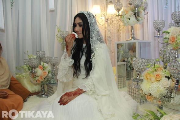 13 - Gambar Pernikahan Ella dan Azhar Ghazali
