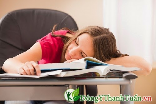 Nguyên nhân nóng trong người do thức khuya