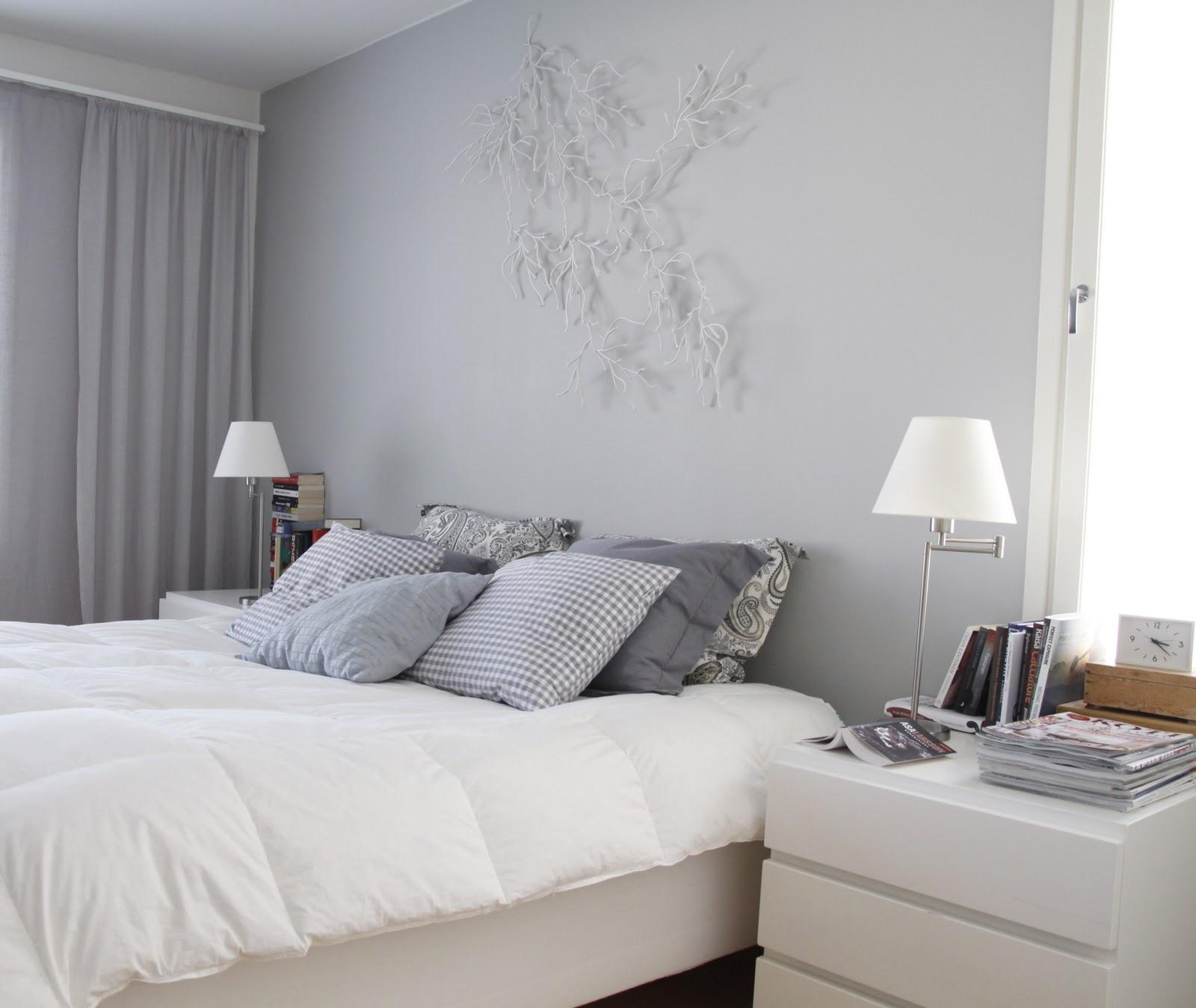 Harmaa seinä makuuhuoneessa