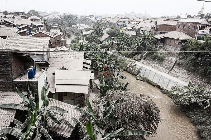 Poblado cubierto de cenizas del volcán Kelud, 18 de Febrero 2014