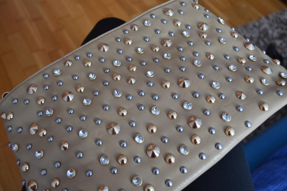 d11ee013d389 ... cvočkovanú a kamienkovú listovú kabelku - alebo ani neviem ako ju  nazvať. Pretože tých kamienkov