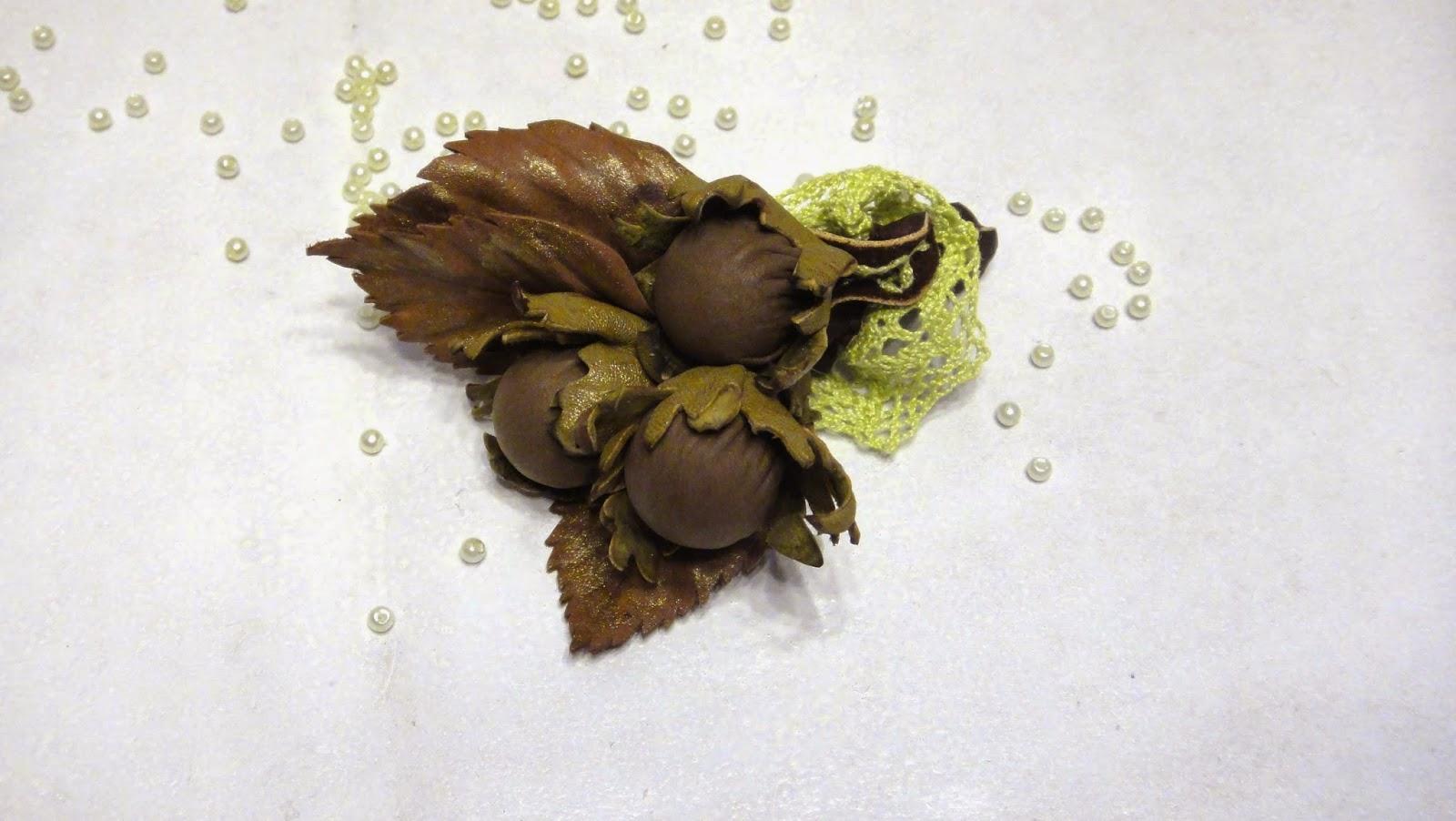 Авторские украшения - подарок девушке, подарок подруге - брошь из кожи с орешками