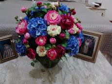 Decoração com flores artificiais.