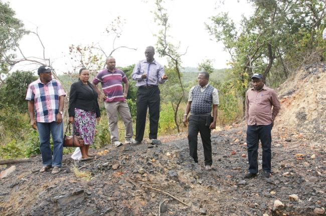 Katibu Mtendaji wa Ofisi ya Rais Tume ya Mipango, Dkt. Philip Mpango (wa pili kulia), akipata maelezo juu ya Mradi wa Makaa ya Mawe Mchuchuma kutoka kwa Meneja Utawala Msaidizi wa kampuni ya Tanzania – China International Mineral Resources Limited (TCIMRL) Bw. Israel Mkojera. Pamoja nae ni Kaimu Mkurugenzi Mtendaji wa NDC Bw. Mlingi E. Mkucha (wa kwanza kulia), Kaimu Mkurugenzi wa Viwanda Mama wa NDC Bw. Ramson Mwilangali (wa kwanza kushoto), Naibu Katibu Mtendaji, Tume ya Mipango Bi. Florence Mwanri (wa pili kushoto), Erasmus Masumbuko, Tume ya Mipango (wa tatu Kushoto).