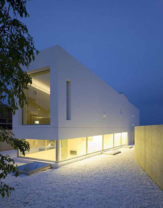 Minimalist garden and sea japanese house by takao for Minimalist japanese home