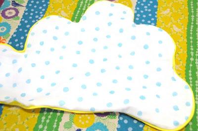 Travesseiro em forma de nuvem