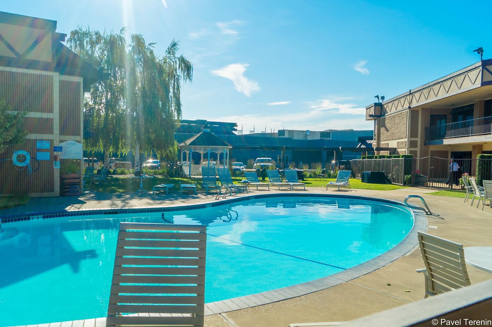 Компания, где работает Влада, поселила нас в уютный небольшой отель со своим бассейном и спортзалом.