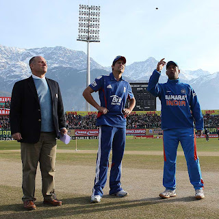 Alastair-Cook-MS-Dhoni-5th-ODI-India-vs-England-Dharamsala