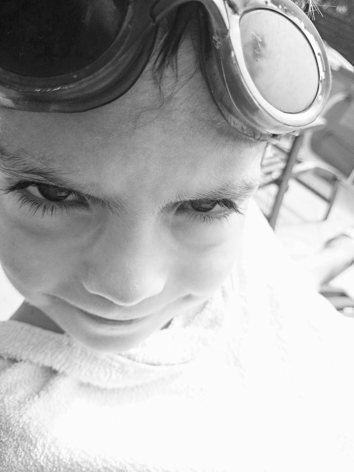 czarno białe zdjęcie,zdjęcie oczu,oczy,duże oczy,dziecko,okulary na basen,długie rzęsy,basen,ladiesdesigns