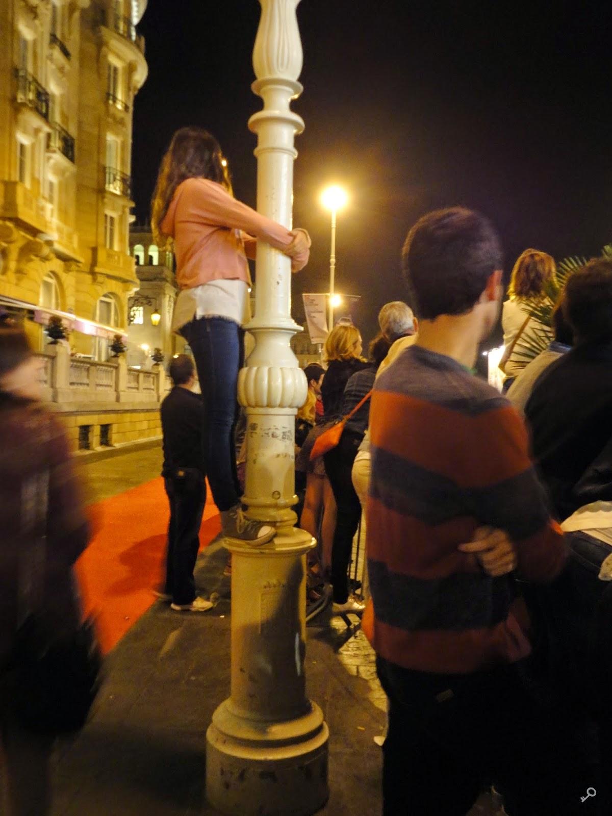 La chica que se encaramaba a las farolas, esperando a Orlando Bloom