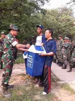 Kodim 0508/Depok Serahkan Ratusan Bak Sampah