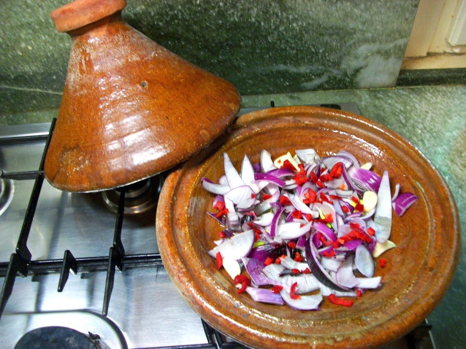 lasciate cuocere per 20 minuti poi unite il sugo di pomodoro o la passata e il pizzico di zucchero passati altri 20 minuti aggiungete i fagioli scolati