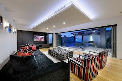 Sala de diseño moderno que se convierte en sala de cine