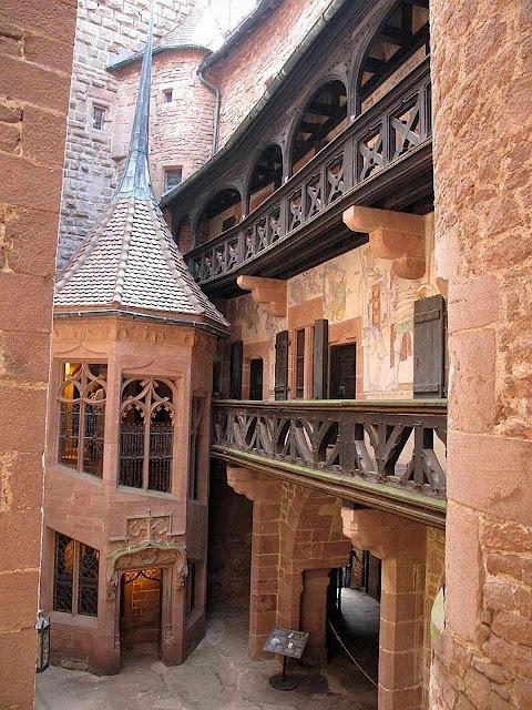 Haut-Kœnigsbourg: aspecto do pátio interior.