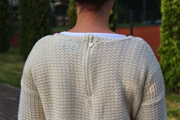 alburnumbybiel stylizacje, sweter reserved, spodnie ginatricot jeans, gumowe baleriny CCC, alburnumbybiel, stylizacja z ciepłym sweterm, ciekawa stylizacja na chłodny letni wieczór, stylizacja na chłodne lato,