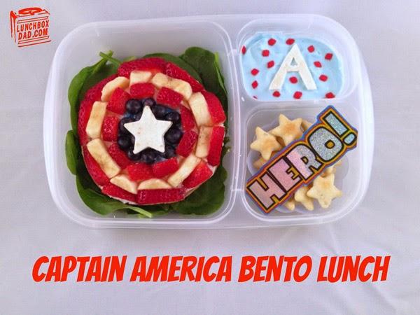 Un papa prépare une Lunch Box Captain America
