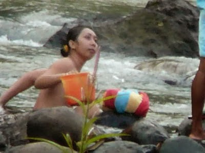 Ngintip Bunga Desa Lagi Mandi di Sungai Menyenangkan