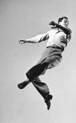 http://candids-vintage-stars.skyrock.com/3094160745-Gene-KELLY-execute-de-multiples-poses-de-danse-sous-l-objectif-de-Gjon.html