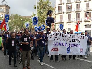 """Guardias Urbanos de Barcelona se manifiestan a gritos de """"Trias quien no bote"""""""