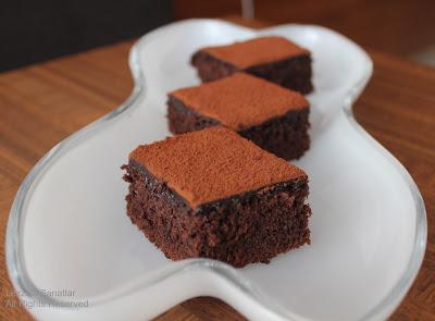 http://lezzetlisanatlar.blogspot.com/2012/08/cikolata-soslu-kakaolu-kek.html